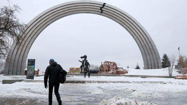 Symbol pęknięcia, nalepiony przez nieznanych aktywistów z powodu konfliktu między Rosją i Ukrainą, na Łuku Przyjaźni Narodów w Kijowie - Sputnik Polska