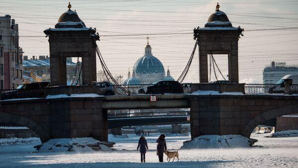 Ludzie na lodzie zamarzniętej rzeki Fontanka w Petersburgu - Sputnik Polska