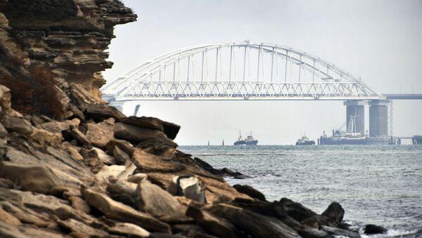 Okręty przepływają pod łukiem Mostu Krymskiego po przywróceniu rejsów w Cieśninie Kerczeńskiej - Sputnik Polska