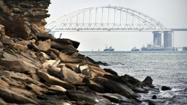 Statki przepływają pod łukiem Mostu Krymskiego po wznowieniu żeglugi w Cieśninie Kerczeńskiej - Sputnik Polska