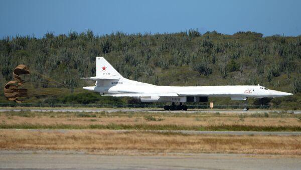 Samolot bombowy Tu-160 podczas lądowania na wenezuelskim lotnisku - Sputnik Polska