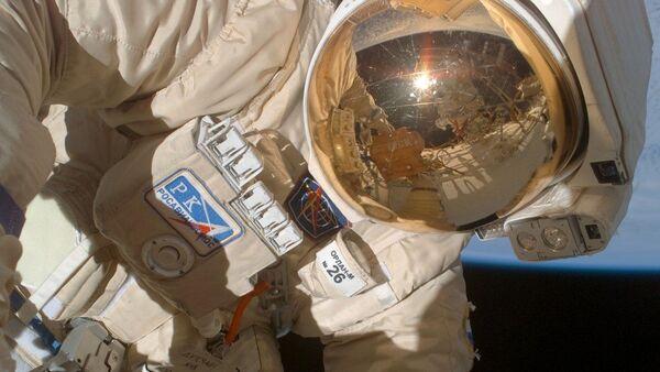 Wyjście kosmonauty Olega Kononienki w otwarty kosmos w celu wzięcia próbek uszczelniacza, którym zaklejono otwór w zadokowanym do ISS Sojuzie MS-09 - Sputnik Polska