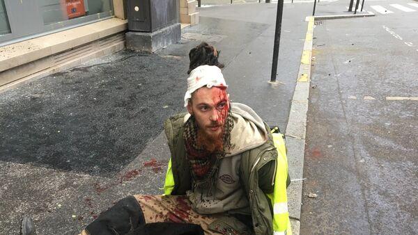 Uczestnik protestów w Paryżu - Sputnik Polska