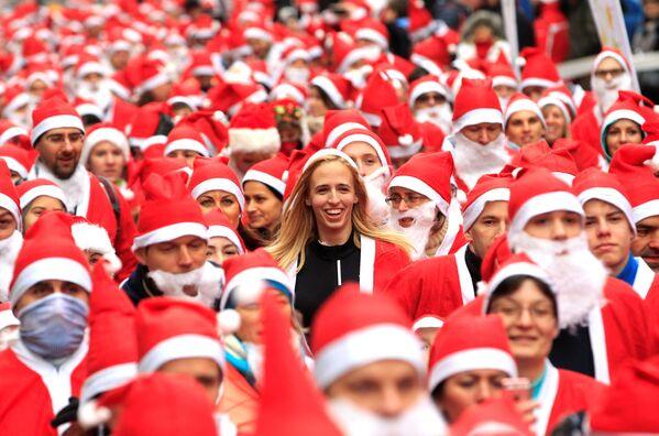 Wyścigi Świętych Mikołajów w Budapeszcie - Sputnik Polska