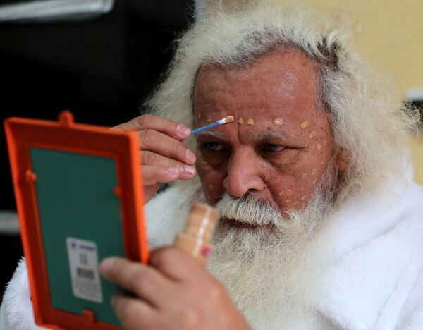 Brazylijski Święty Mikołaj przygotowuje się do wyjścia... - Sputnik Polska