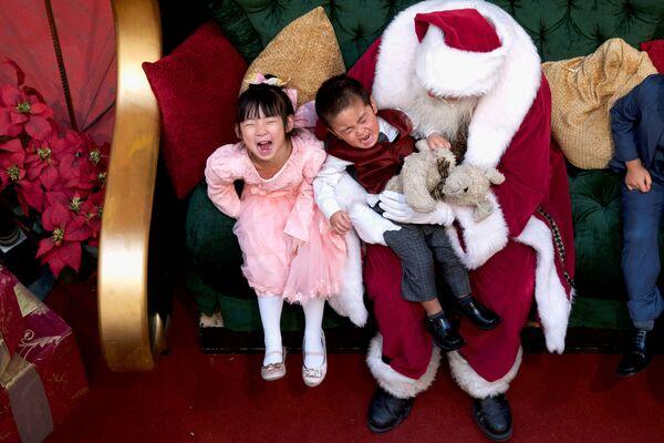 Święty Mikołaj z dziećmi w centrum handlowym King of Prussia Mall w USA - Sputnik Polska