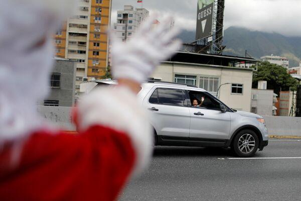 Uczestnik festiwalu Santa en las calles w Caracas (Wenezuela) - Sputnik Polska