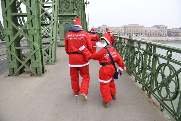 Uczestnicy wyścigu Świętych Mikołajów w Budapeszcie - Sputnik Polska