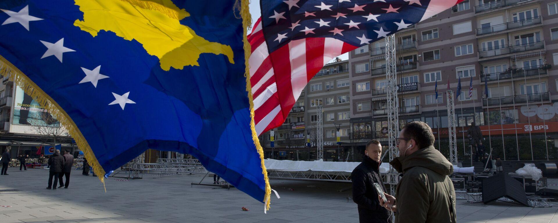Flagi Kosowa i USA zdobią główny plac w Prisztinie, Kosowo - Sputnik Polska, 1920, 19.07.2021