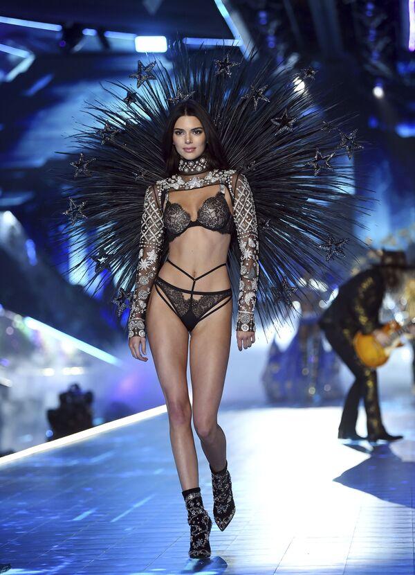 Modelka Kendall Jenner podczas pokazu Victoria's Secret Fashion Show - Sputnik Polska