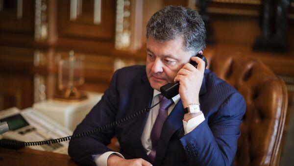 Prezydent Ukrainy Petro Poroszenko podczas rozmowy telefonicznej - Sputnik Polska