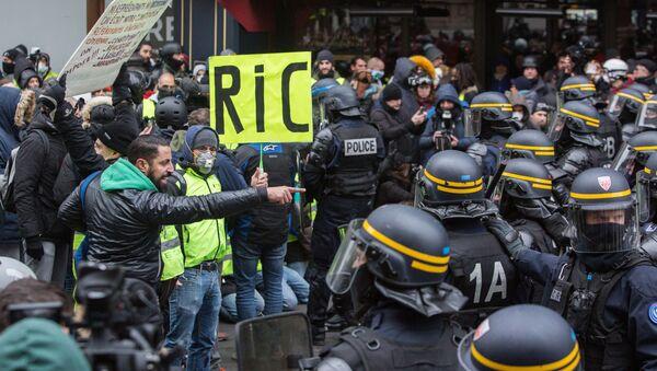 Protesty żółtych kamizelek w Paryżu - Sputnik Polska