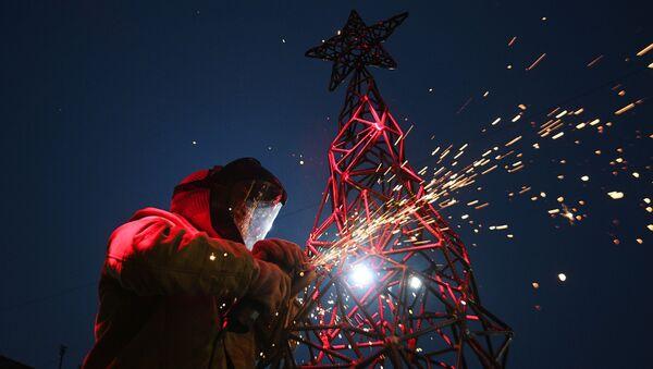 Artystka Aleksandra Weld Queen przygotowuje choinkę ze stali na warsztatach ozdób świątecznych w Tule  - Sputnik Polska