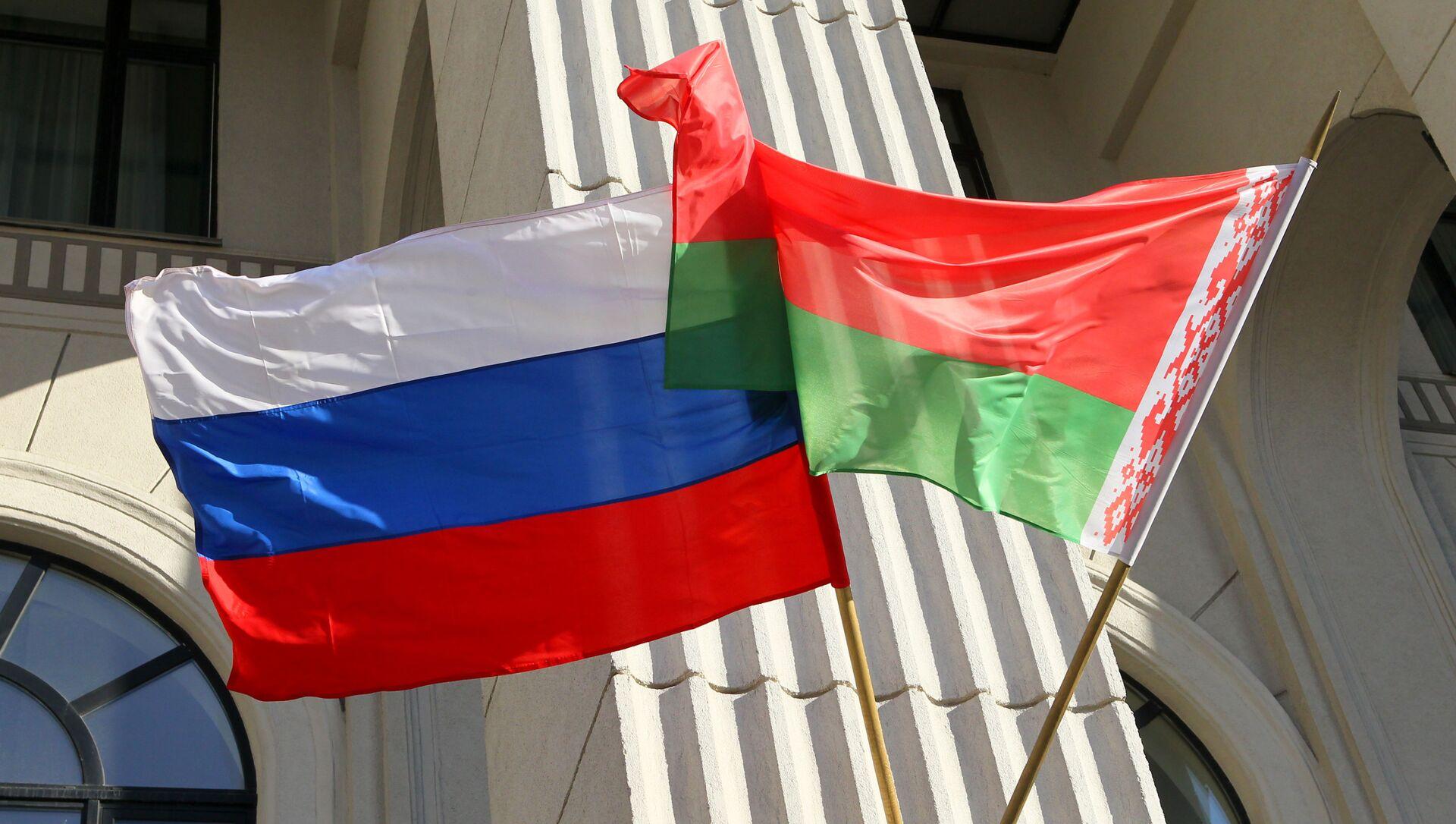 Flagi państwowe Rosji i Białorusi na budynku mińskiej filharmonii - Sputnik Polska, 1920, 31.03.2021