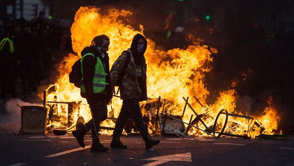 Uczestnicy akcji protestu żółtych kamizelek w rejonie Łuku Triumfalnego w Paryżu - Sputnik Polska