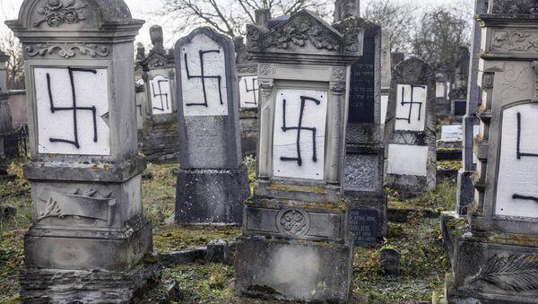 Zbezczeszczone nagrobki żydowskie na północy Strasburga, Francja - Sputnik Polska