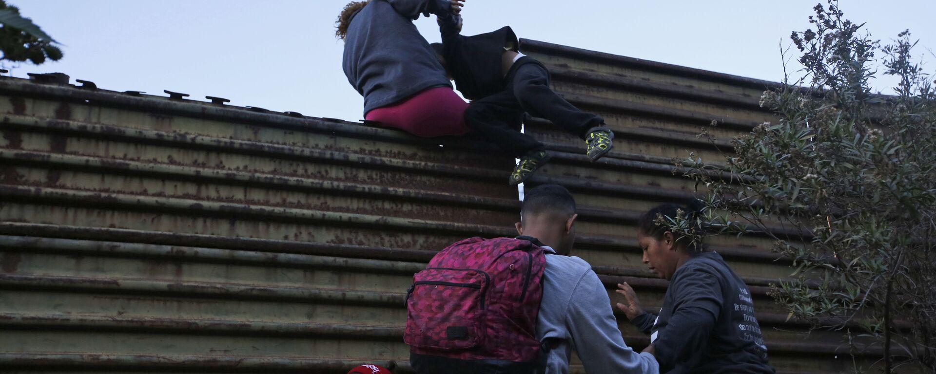 Migranci przechodzą przez mur na granicy USA i Meksyku - Sputnik Polska, 1920, 07.08.2021
