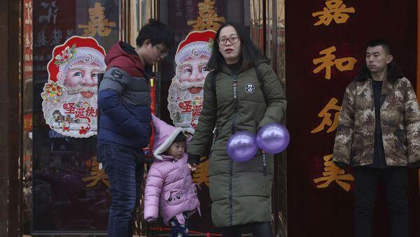 Семья с праздничными украшениями в преддверии Рождества в Китае - Sputnik Polska