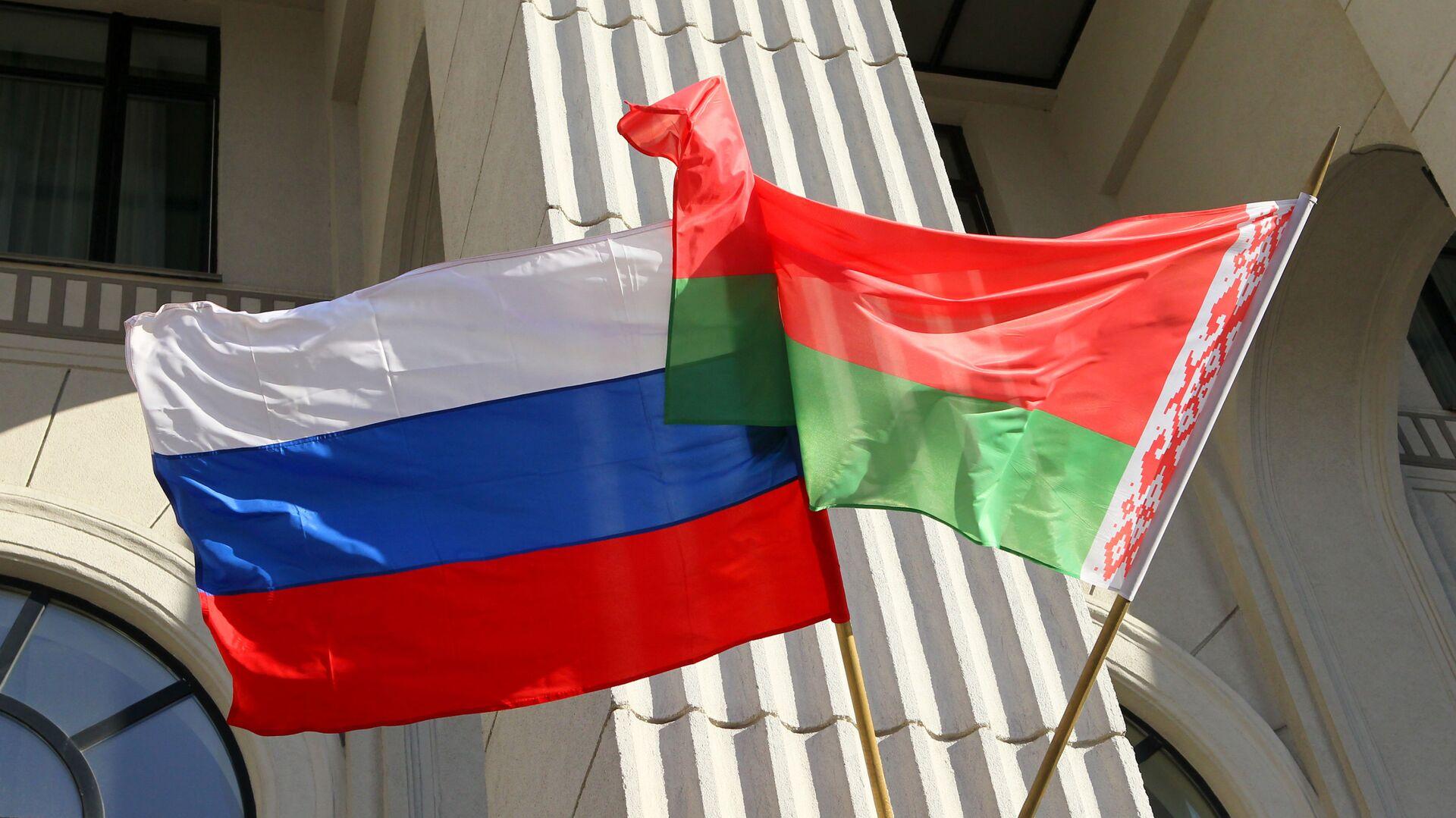 Flagi państwowe Rosji i Białorusi na budynku mińskiej filharmonii - Sputnik Polska, 1920, 09.09.2021
