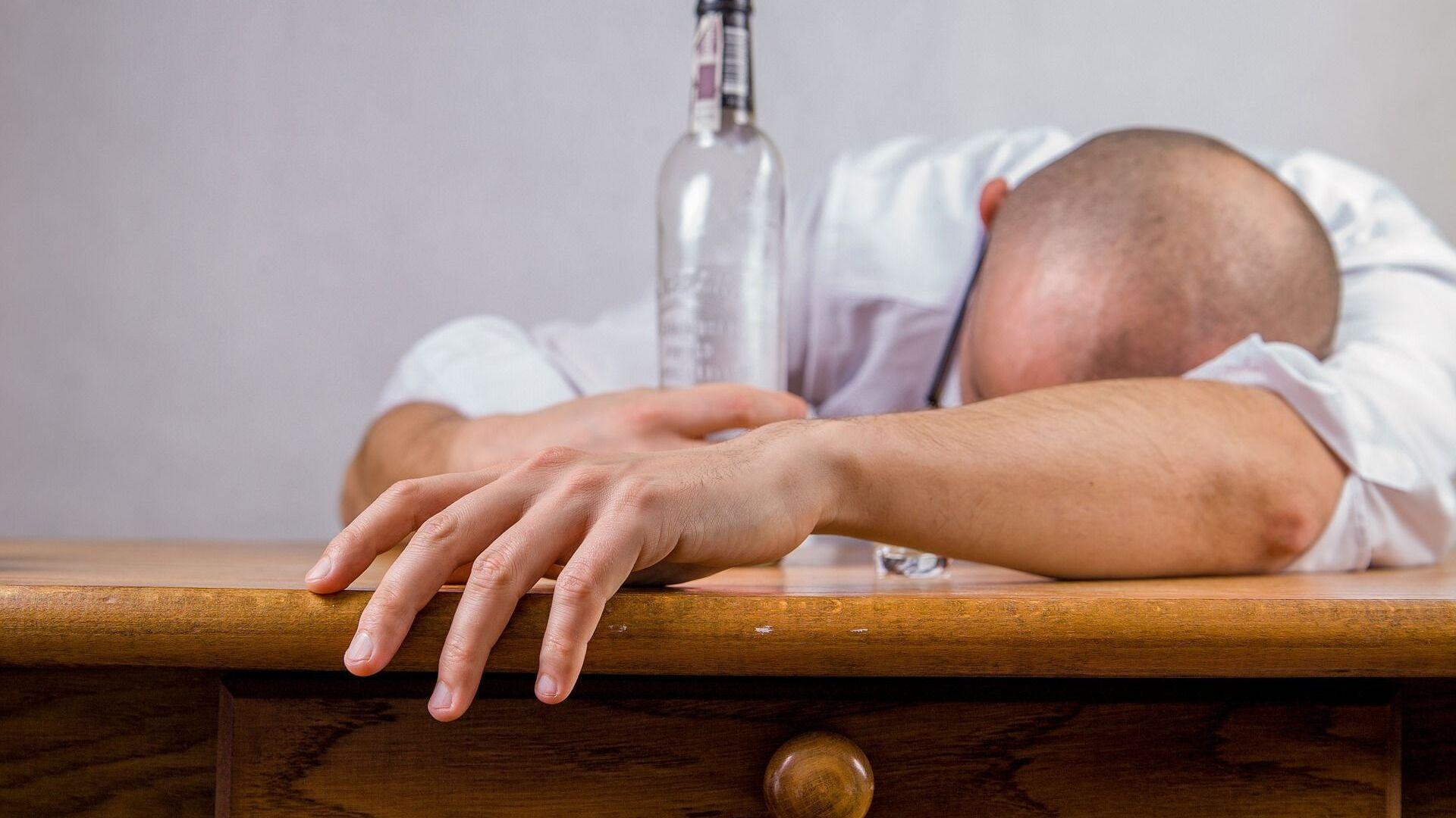 Pijany mężczyzna z butelką przy stole - Sputnik Polska, 1920, 25.09.2021