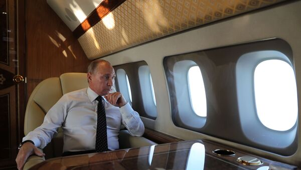 Prezydent Rosji Władimir Putin na pokładzie samolotu prezydenckiego. Zdjęcie archiwalne - Sputnik Polska