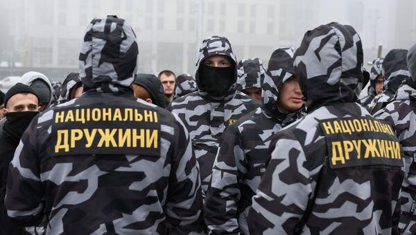 Członkowie partii Korpus Narodowy i organizacji Narodowych Drużyn na akcji w Kijowie - Sputnik Polska