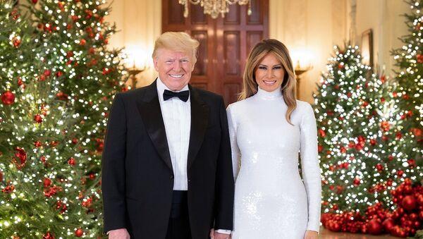 Prezydent USA Donald Trump i pierwsza dama USA Melania Trump w świątecznych wnętrzach Białego Domu - Sputnik Polska