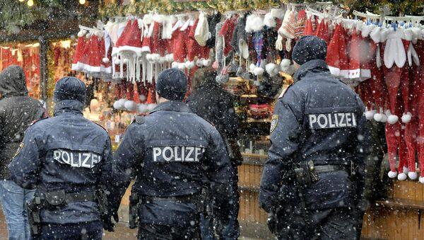 Patrol policyjny na jarmarku bożonarodzeniowym w Wiedniu - Sputnik Polska