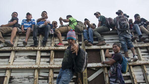 Migranci z Hondurasu, podróżujący w karawanie przez terytorium Meksyku w kierunku granicy amerykańskiej - Sputnik Polska