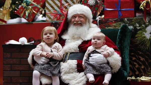 Święty Mikołaj z dziećmi w centrum handlowym w Stanach Zjednoczonych - Sputnik Polska