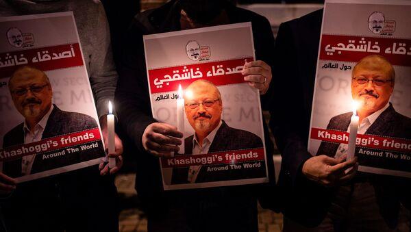 Участники акции памяти с портретом саудовского журналиста Джамаля Хашукджи у здания консульства Саудовской Аравии в Стамбуле, Турция - Sputnik Polska