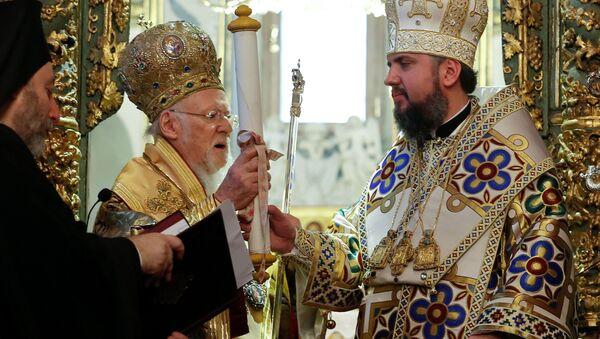 Patriarcha Konstantynopola Bartłomiej i metropolita Epifaniusz podczas mszy w Soborze św. Jerzego w Stambule, Turcja - Sputnik Polska