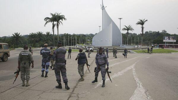 Policjanci patrolują plac Demokracji w Libreville po próbie zamachu stanu - Sputnik Polska
