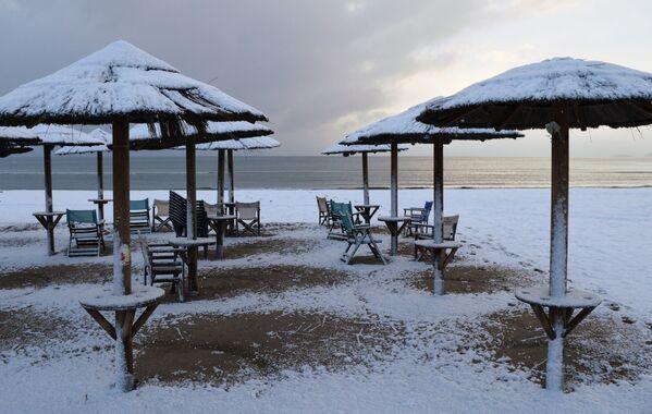 Plaża pokryta śniegiem, Grecja - Sputnik Polska