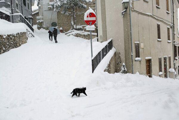 Śnieg na ulicy w Abruzji, Włochy - Sputnik Polska