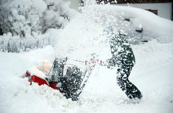 Mężczyzna oczyszcza drogę ze śniegu w Niemczech - Sputnik Polska