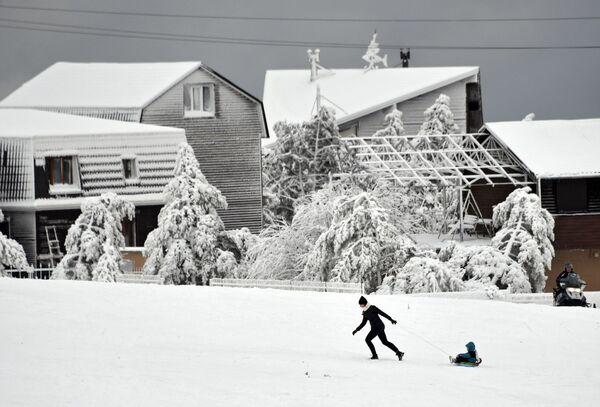 Zabawy na śniegu w Aj-Petri – jednym z wyższych szczytów Gór Krymskich - Sputnik Polska