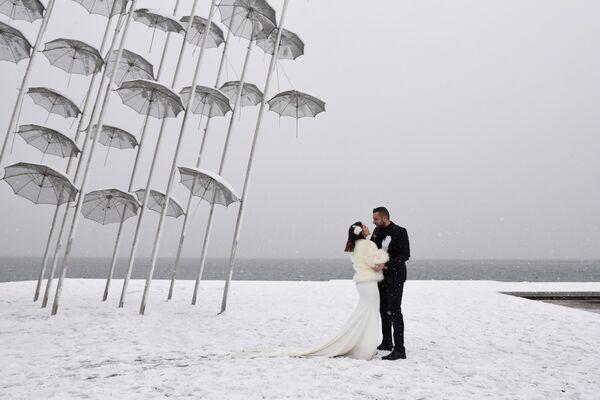 Nowożeńcy na brzegu morza podczas opadów śniegu w Grecji - Sputnik Polska