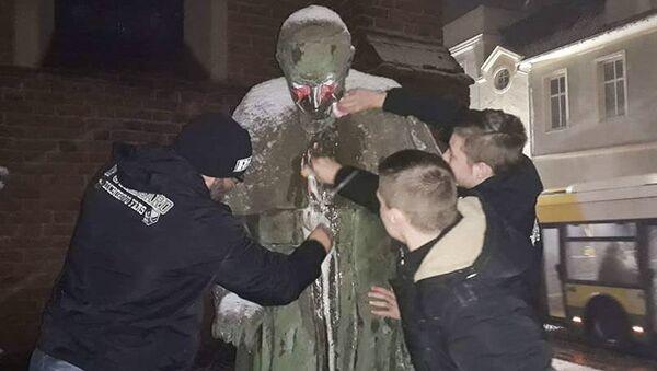 Zniszczony pomnik Jana Pawła II - Sputnik Polska