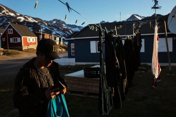 Mężczyzna rozwiesza pranie. Tasiilaq, Grenlandia - Sputnik Polska