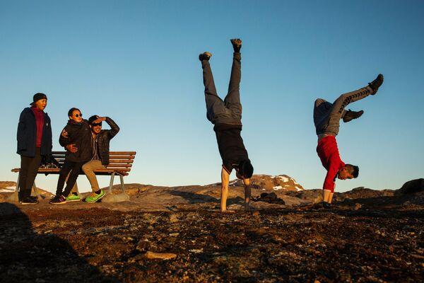 Młodzi ludzie bawią się poza miasteczkiem Tasiilaq, Grenlandia - Sputnik Polska