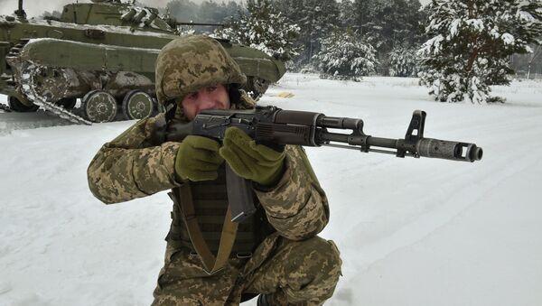 Ukraiński żołnierz podczas ćwiczeń - Sputnik Polska