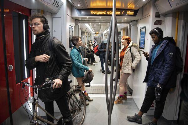 Flash mob jazda metrem bez spodni, Amsterdam - Sputnik Polska