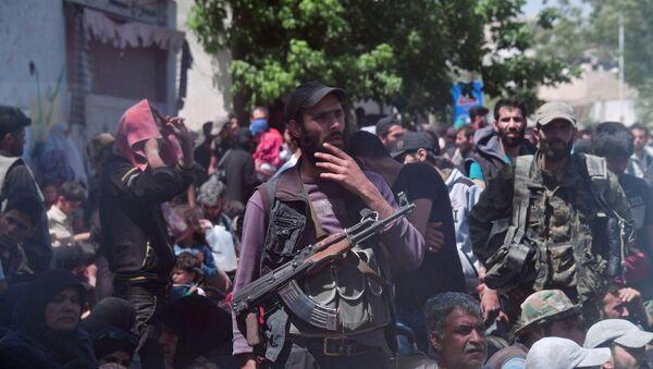Terroryści i członkowie ich rodzin czekają na wywiezienie z przedmieść Damaszku do Idlibu - Sputnik Polska