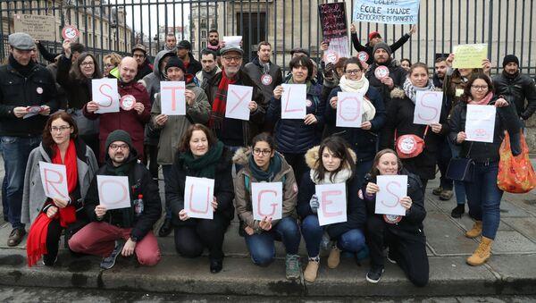 Protest czerwonych długopisów w Paryżu - Sputnik Polska