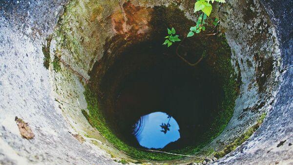 Niebo odbijające się w wodzie na dnie studni - Sputnik Polska
