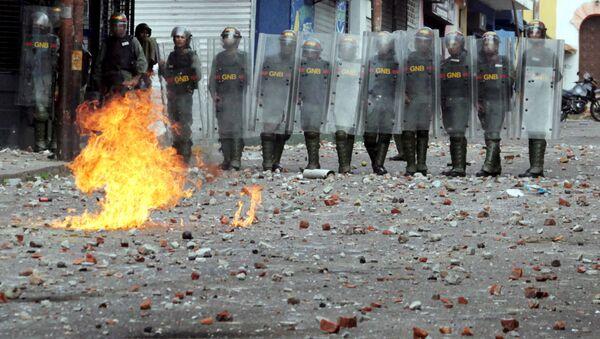 Policja podczas zamieszek w Wenezueli - Sputnik Polska
