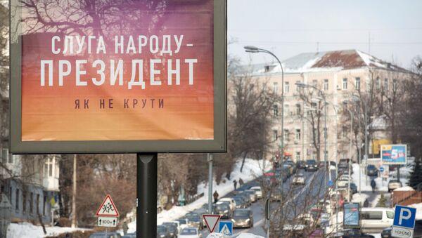 Plakat wyborczy kandydata na prezydenta Ukrainy Wołodymyra Zełenskiego na ulicy w Kijowie - Sputnik Polska