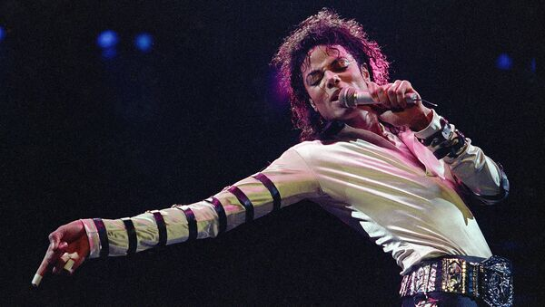 In this Feb. 24, 1988 file photo, Michael Jackson leans, points and sings, dances and struts during the opening performance of his 13-city U.S. tour, in Kansas City - Sputnik Polska