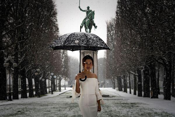 Kobieta w sukni ślubnej w Paryżu - Sputnik Polska